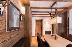 holz im wohnzimmer altholz wand mit esstisch aus massivem holz wohnen