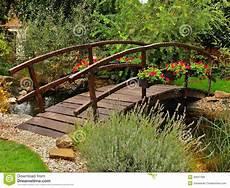pont en bois jardin pont en bois dans le jardin photo stock image du nature