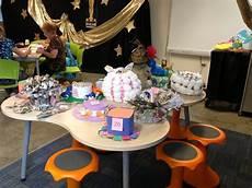 biblioteca de la escuela alfredo dorrington jurado evaluando sombreros con material reciclable