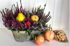 composizioni fiori autunnali centrotavola floreali cestini con fiori e frutta dal