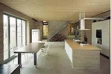 moderne fliesen wohnbereich der offene wohnbereich mit k 252 che strahlt moderne