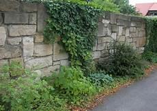 mauer als sichtschutz natursteinmauer optimaler sichtschutz l 228 rmschutz