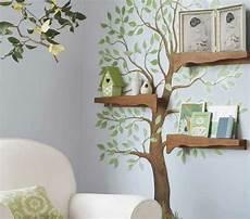 Holz Deko Kinderzimmer - baum mit gr 252 nen bl 228 ttern an der wand und regale aus holz