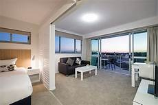 eclectic single bedroom apartment with open floor hotel in mackay apartments and rooms at oaks rivermarque