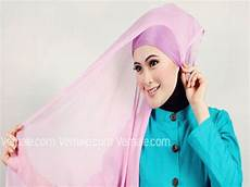 Cara Pakai Jilbab Segi Empat Polos Warna Pink Modis