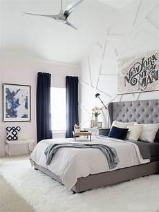 Zimmer Grau Blau - modern glam bedroom with gray tufted headboard the