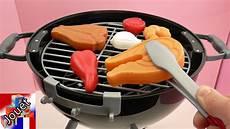 barbecue en jouet avec des braises ardentes et feu