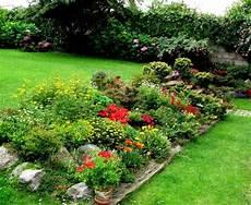 Steingarten Bepflanzung Geranien Holz Blumenbeet Rand