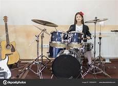 Adolescente Caucasienne Joue Batterie Fille Jouant