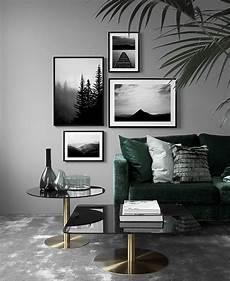 wohnraum mit gedeckten farben graue wand dunkelgr 252 nes sofa modernes wohnzimmer mit bilderwand