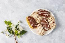 crema pasticcera in francese bign 232 o profiteroles al cioccolato nero e bianco con crema pasticcera all interno dessert