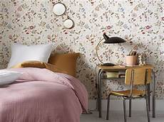 chambre b 233 b 233 du papier peint fleuri sur les murs joli