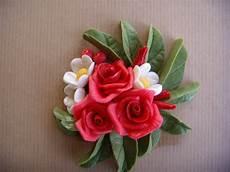 come fare i fiori con la pasta di zucchero composizione con fiori in pasta di mais per la casa e