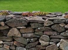 feldsteinmauer selber bauen natursteinmauer anleitung zum mauern und selber bauen