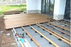 wpc unterkonstruktion balkon unterkonstruktion wpc dielen bauhaus terrassendielen flach