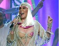 Cher Chanteuse 2017 Cher Turns Back Time And Steals The Show At The 2017