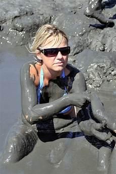 bagno terapeutico donna cattura un bagno di fango fotografia stock