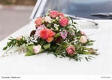 Kleines Autogesteck Mit Frischen Blumen F 252 R Das
