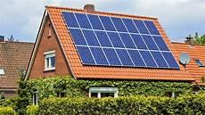 solaranlagen auf dem dach gefahren und bis zu sieben prozent rendite solaranlagen lohnen sich