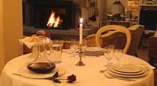 ristorante a lume di candela cena a lume di candela davanti al camino acceso foto di