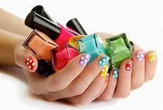 barvy na nehty kosmetika parf 233 my l 237 芻en 237 p 233 芻e o ple螂 a t茆lo barvy jara