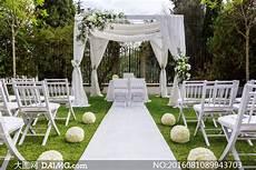 草坪上的婚礼现场布置摄影高清图片 大图网daimg com
