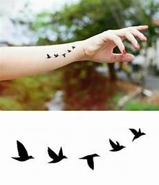 tatouage poignet oiseau les meilleures id 233 es pour un tatouage oiseau et sa