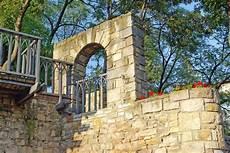 mediterrane mauer mit fenster fenster in einer gartenmauer 187 stile infos