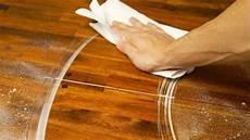 mit diesem trick einfach flecken auf holz entfernen