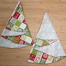 weihnachtsbaum aus servietten falten craft along tree napkin diy
