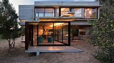 maison design bois maison contemporaine en b 233 ton et en bois sur la plage