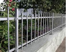 mauer mit zaun zaunsysteme aus metall aluminium und edelstahl zaun