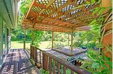 que mettre sur le toit d une pergola backyard farm deck with attached open pergola stock photo