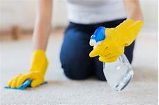 teppich mit backpulver reinigen teppich selber reinigen hausmittel gegen teppichflecken