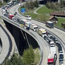Stau Gotthard Aktuell - die reisewelle rollt richtung s 252 den stundenlanger stau am