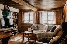 gemuetliches wohnzimmer mit flachbild tv und ledersofa