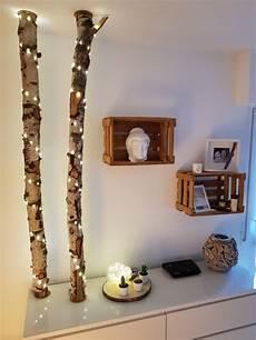 lichterkette selber bauen birkenstamm mit led lichterkette und weinkisten als regale diy