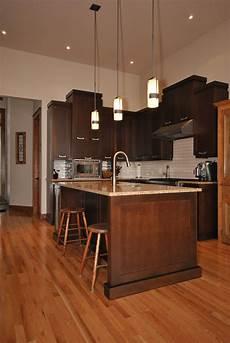 armoire de cuisine contemporaine en merisier couleur