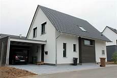 moderne einfamilienhäuser satteldach einfamilienhaus holzhaus satteldach holzfassade fenster