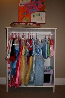 regal verkleiden vorhang dress up clothes bookcases and clothes on