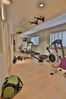 Fitnessraum Zuhause Einrichten - kleiner fitness raum heller laminatboden spiegelwand