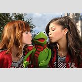 zendaya-coleman-and-bella-thorne-kissing-on-the-lips
