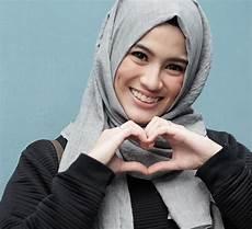 Jilbab Modern Dan Simpel Ala Alyssa Soebandono