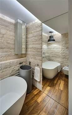 un sol imitation bois pour relooker sa salle de bain