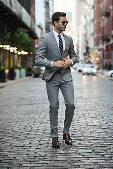 grauer anzug schwarzes hemd die richtigen business kleider machen karriere