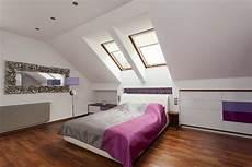 dormitorio en buhardilla con suelo de parquet fotos para