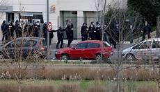 ufficio polizia postale l ufficio circondato dalla polizia internazionale