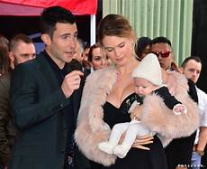 Adam Levine Frau - adam levine and baby dusty at walk of fame 2017