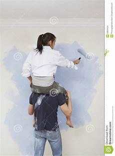 Mann Tr 228 Gt Frau Auf Seinen Schultern Beim Malen