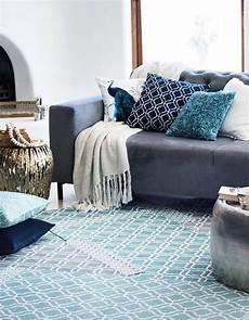 coussin pour canapé gris un canap 233 gris mix 233 224 des accessoires bleus coussins